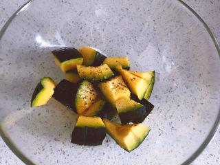 黑椒海盐烤南瓜,因为我喜欢黑胡椒的味道,所以稍微放多了一些,不喜欢的放一点就好