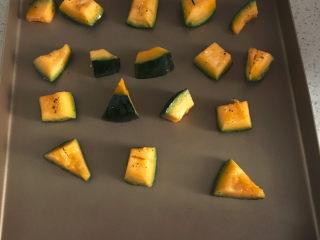 黑椒海盐烤南瓜,摆入烤盘,200度中层上下火20分钟左右。