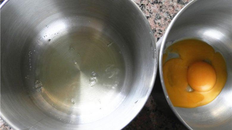 草莓酱甜甜圈,分离好蛋白和蛋黄在打蛋盆中。