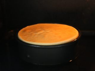 轻乳酪蛋糕,将烤盘放入烤箱最底层,注入1000ml的水。 装好面糊的模具在15厘米高度落下,震出大气泡后,放入装水的烤盘里。