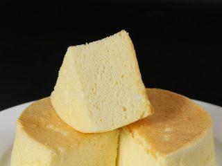 轻乳酪蛋糕,180度烘烤25分钟后,转150摄氏度烤50分钟即可。 取出后无需倒扣,放温即可轻松脱模。 用烧热的到切蛋糕,能够得到好看的切面。