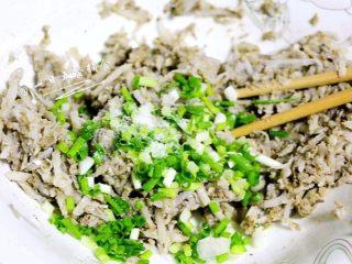 鸡肝藕饼, 加入藕丝50克,葱,搅匀。再加点盐调味。
