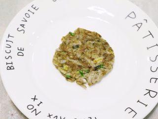 鸡肝藕饼,两面都煎黄就行,鸡肝是熟的,藕生的也能吃,稍微煎下就好。 小贴士: 1.  最后还可以加两勺面粉,你随意。 2. 对鸡蛋不过敏的,可以加