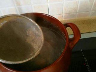 冬瓜海鲜排骨汤,3、捞尽浮沫。