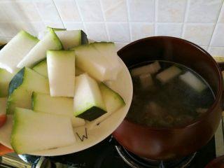 冬瓜海鲜排骨汤,8、排骨汤滚后,继续大火,倒入冬瓜块。