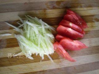 解暑,就是一碗Q弹冷面,西红柿也切成小片即可