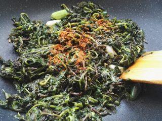 爆炒枸杞芽,放适量辣椒粉。
