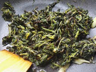 爆炒枸杞芽,放十三香拌匀出锅。