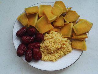 砂锅南瓜小米粥, 红枣、小米淘洗干净,南瓜去皮去瓤切薄片。