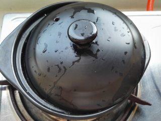 砂锅南瓜小米粥,大火烧开转最小火慢慢熬(可以让砂锅盖留条缝防溢锅)。