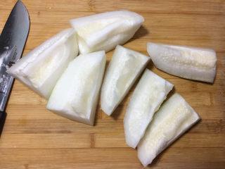 酸甜爽口的柠檬瓜条,然后切成块。