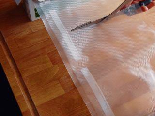 低温慢煮 sous-vide 油封鸭腿配,这里咱们要用到sous-vide的方法,就是低温慢煮。也可以用电饭煲的保温档或者烤箱来操作,鸭肉要完全浸没在油脂里。尽量保持不超过85摄氏度