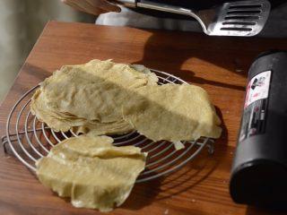 提拉米苏千层蛋糕(简易版奶油霜),晾凉后再叠放。