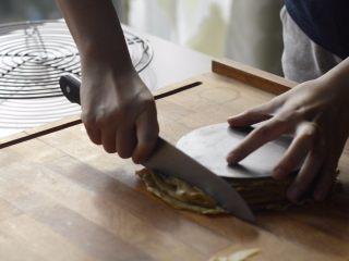 提拉米苏千层蛋糕(简易版奶油霜),用6寸蛋糕模具盖在可丽饼上,切掉多余的部分。饼皮冷藏。