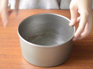 提拉米苏千层蛋糕(简易版奶油霜),一个6寸活底蛋糕模,底部用保鲜膜包好。