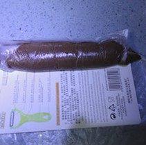 自制巧克力蛋黄派,装入代中,用硬纸片挤到底端,再卷起代子,放冰箱冷冻,冻成棒,放便使用