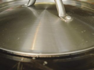 居酒屋烤鸡肉串(附酱汁配方),焖1分钟。然后开盖,等水汽蒸发。然后开始煎下一批。全部煎熟再抹酱料。