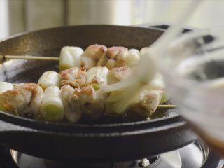 居酒屋烤鸡肉串(附酱汁配方),把酱料抹上去,中小火再煎一会就好了。