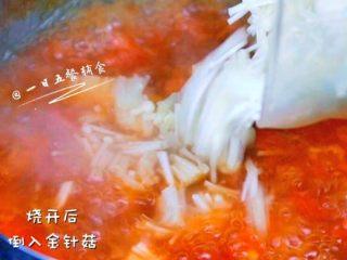 番茄金针菇汤,水开后,加入金针菇。