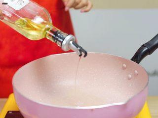 必吃的广东小吃——广州肠粉,锅烧热,倒入少量油
