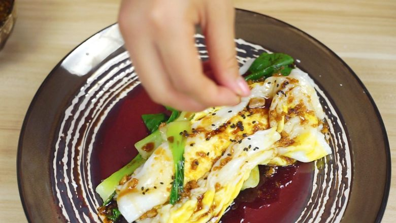 必吃的广东小吃——广州肠粉,撒少许芝麻~就可以享用啦~