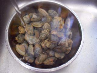 香辣姜葱炒花蛤,这时花蛤全部张开口,有个别没张口的是死花甲,顺便检出丢弃,再反复清洗三四遍,捞起沥干水