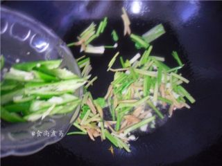 香辣姜葱炒花蛤,放入香芹、辣椒翻炒