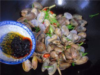 香辣姜葱炒花蛤,倒入香辣豆豉酱