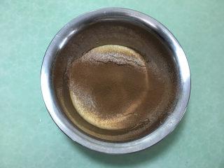 8寸可可味戚风蛋糕,筛入低筋面粉和可可粉。