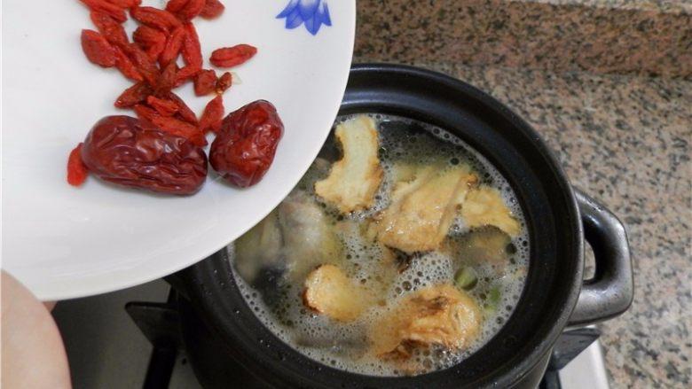 当归鸽子汤,放红枣、枸杞(如怕上火:红枣可洗干净,去掉中间的核)。