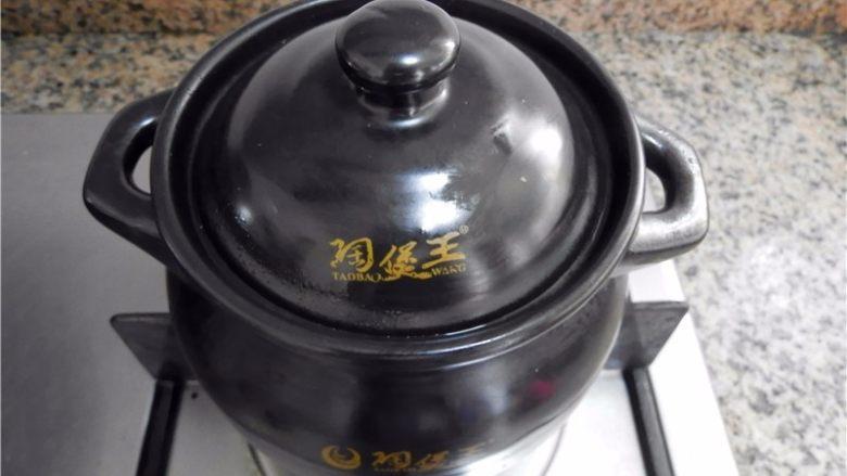 当归鸽子汤,盖上锅盖,转小火炖1.5-2小时。我炖了1.4小时,再焖10分钟(砂锅的特性就是蓄热和保温,即使你关了火它还是会在里面咕嘟着)。