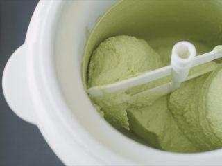 抹茶冰激凌泡芙,搅拌完成的冰激凌。
