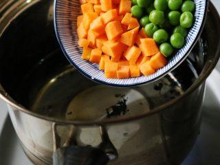日式土豆沙拉,除黄瓜外的青豆、胡萝卜、洋葱、玉米倒入水中,大火烧开,焯烫一会。