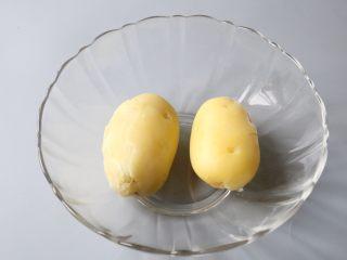 日式土豆沙拉,将土豆去皮待用。