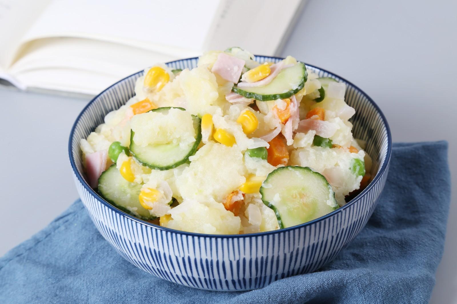 日式土豆沙拉,装碗后,即可食用。</p> <p>夏天吃冷藏食用更佳。