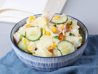 日式土豆沙拉,装碗后,即可食用。 夏天吃冷藏食用更佳。