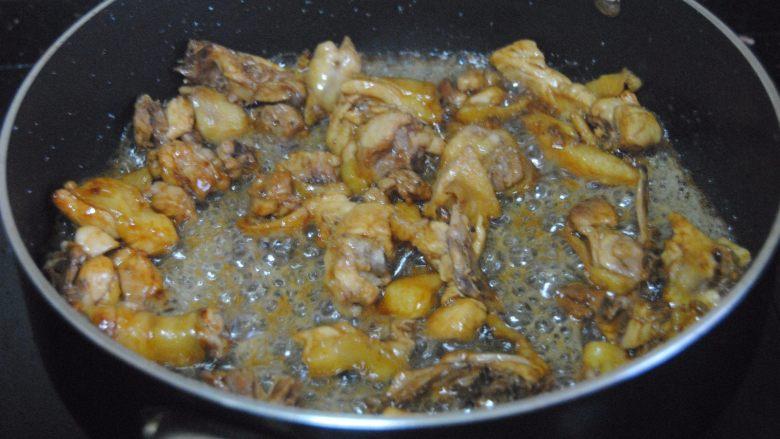 子姜炒鸡,鸡肉微煸出油