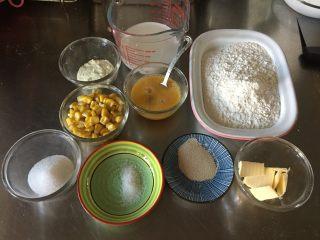奶香玉米餐包,首先准备好需要的材料。其中甜玉米粒煮好以后一定要用面巾纸吸干水分在使用