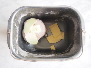 黑麦红枣核桃卷,加入软化的黄油,继续揉至出膜。