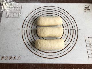 中种牛奶吐司,其余面团全部卷成卷后,盖上保鲜膜继续松弛10分钟。