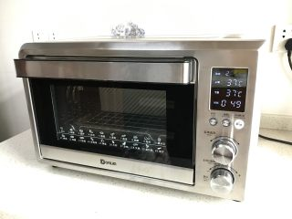中种牛奶吐司,放入东菱岩烤烤箱,选择发酵程序,发酵50分钟左右。