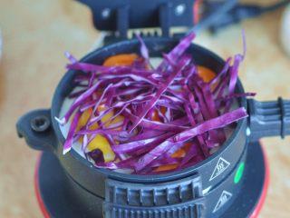 蔬菜总荟汉堡, 放入紫甘蓝丝,或者自己想放的蔬菜,再挤上一层沙拉酱。再放入生菜、奶酪片、番茄片。做到这一步已经乱了,所以忘记拍照了。因为配料放太多,容易