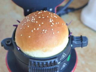 蔬菜总荟汉堡,最后把另一个面包胚放在上面。