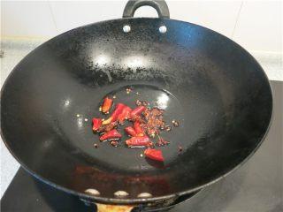 老黄瓜也有春天---黄瓜鸡翅,热锅凉油放入花椒辣椒爆香