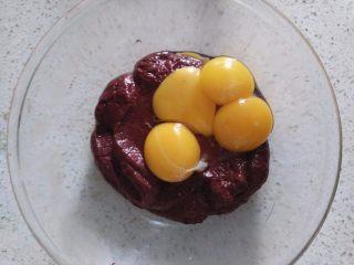 红丝绒蛋糕, 加入蛋黄