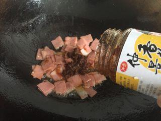双酱培根披萨,培根炒熟后再倒入香菇酱翻炒均匀;