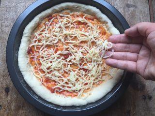 双酱培根披萨,.撒一些芝士;