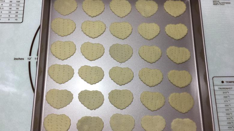 苏打棉花糖夹心饼干,将做好的饼干小心的移到烤盘中。