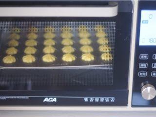 冰激凌泡芙,转180度烤15分钟定型