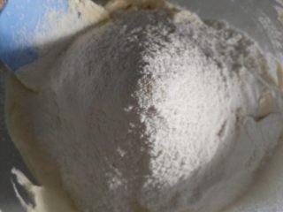 奥利奥磅蛋糕,加入低粉搅拌均匀。不用担心起筋,大胆搅拌,搅拌好的面糊细腻富有光泽。